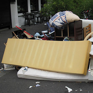 Sperrmüll - Was darf hinein: kaputte Matratze & kaputte Möbel